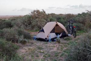 Wildkamperen uit het zicht van de weg in Mauritanië.