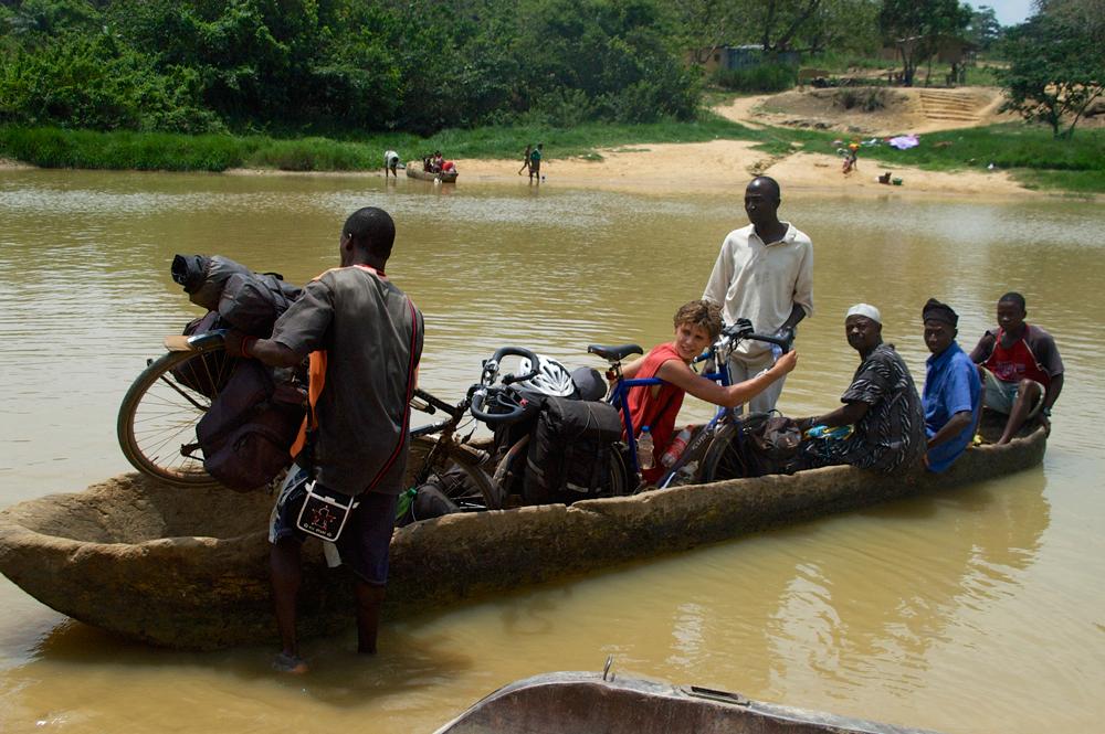 Rivier oversteek in Sierra Leone