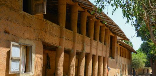 Modder gebouw in Mlomp Senegal